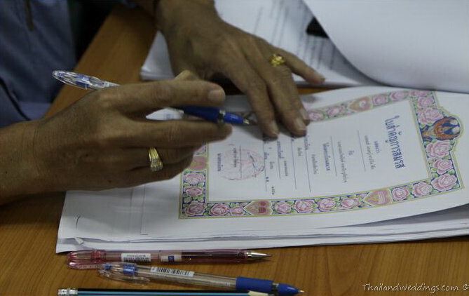 signing a thai marriage certificate